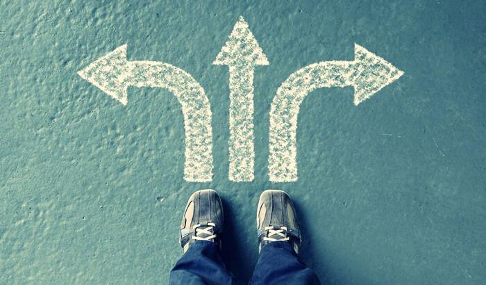 足元に矢印があり3方向の道を選べる様子