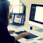 パソコンで作業をする女性